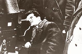 Konrad Wolf bei Dreharbeiten an der Kamera