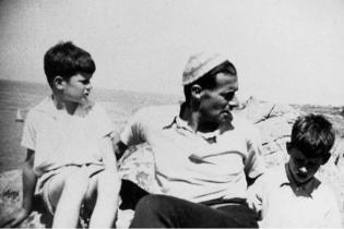 Friedrich Wolf mit seinen Söhnen Markus und Konrad im ersten Emigrationssommer 1933 auf der Île de Bréhat in Frankreich